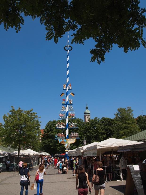 The Maypole in the centre of the Viktuakienmarkt.