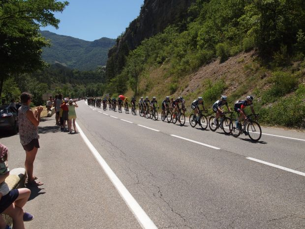 And the long stretch of riders begins. The beginning of the peloton.
