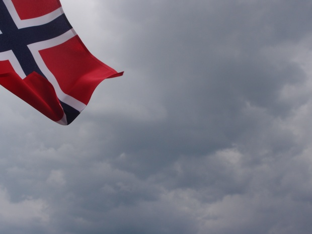 The Norwegian flag flies high over the course.